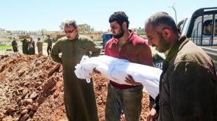 Enterrement d'une victime de l'attaque chimique ayant touché la localité de Khan Cheikoun, en Syrie, en avril 2017.