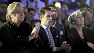 Steve Bannon (à gauche) en compagnie de Marine Le Pen (à droite) lors d'un meeting anti-immigration organisé par Vlaams Belang (au centre) à Bruxelles le 8 décembre 2018.