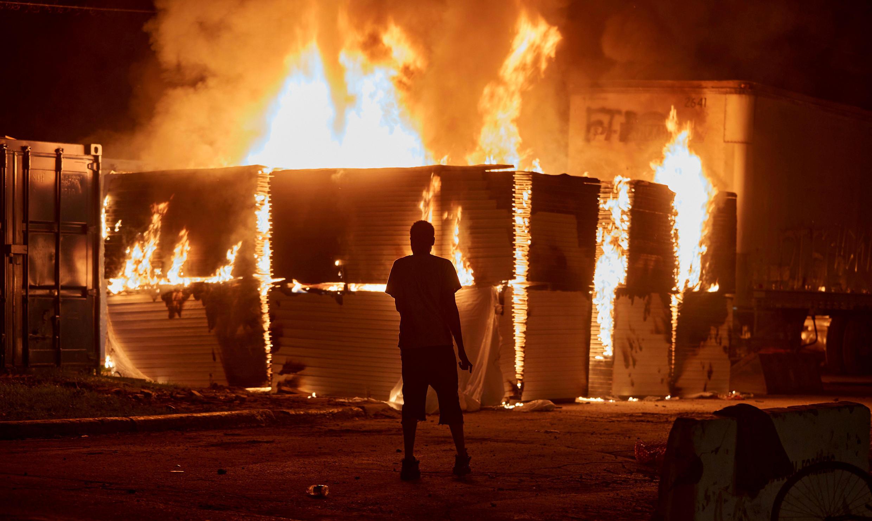 حرائق بالقرب من مركز للشرطة في مدينة منيابوليس