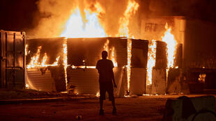 إنداتع حرائق بالقرب من مركز للشرطة في مدينة منيابوليس