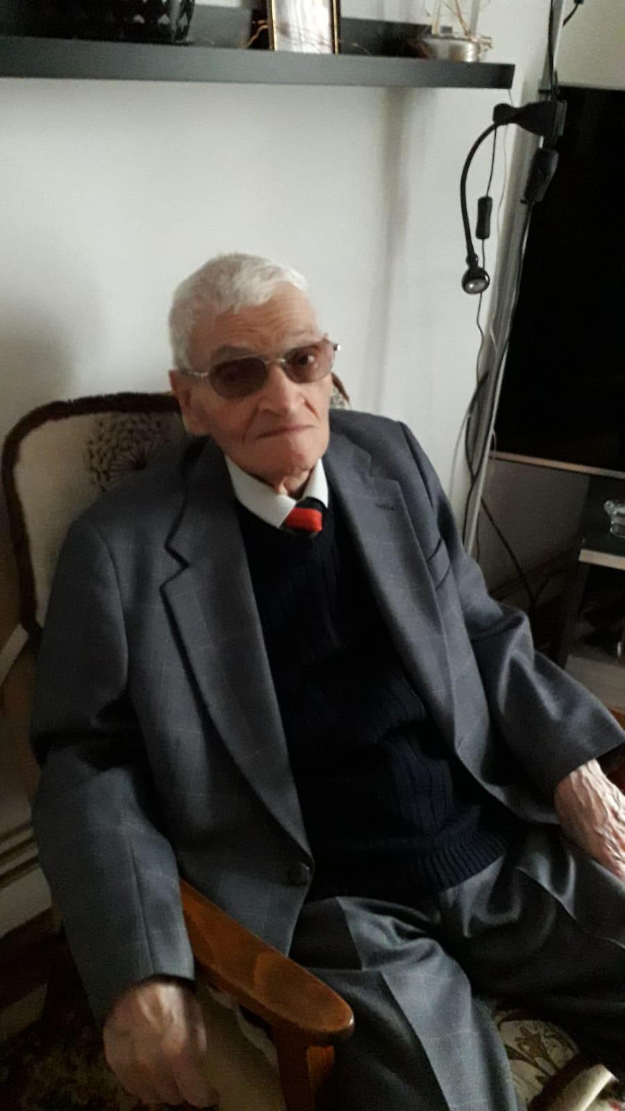 Leonard Zaicescu, survivant du pogrom de Iași, en Roumanie, dans son appartement de Bucarest.