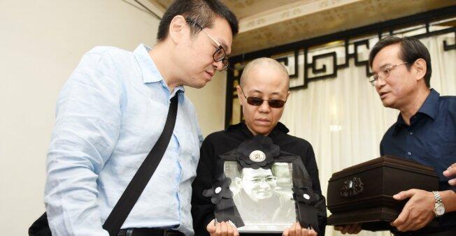 La poetisa Liu Xia, de 57 años, sostiene en sus manos un retrato de su difunto esposo Liu Xiaobo. Imagen de archivo.