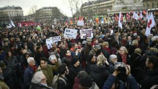 Des manfestants place de la République à Paris, le 18 février 2017.