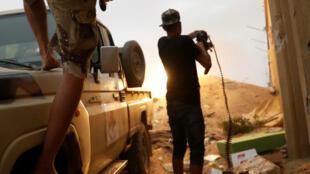 Des combattants du GNA lors d'un affrontement avec les forces du maréchal Khalifa Haftar, dans la périphérie de Tripoli, le 25 mai 2019.