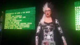 Une trentaine d'œuvres, comme ce robot qui récite des mots générés aléatoirement, illustrent au Grand Palais de Paris la collaboration entre artistes et robots.