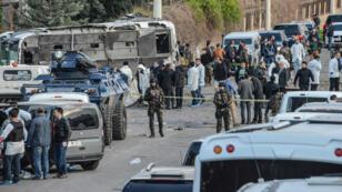 Un attentat à la voiture piégée à Diyarbakir en Turquie a tué au moins sept policiers, le 31 mars 2016.