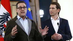 El jefe del Partido de la Libertad (FPO) Heinz-Christian Strache y el jefe del Partido Popular (OVP) Sebastian Kurz, brindan una conferencia de prensa en Viena, el 15 de diciembre de 2017.