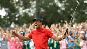 Tiger Woods célèbre sa victoire au Masters d'Augusta, aux États-Unis, le 14 avril.