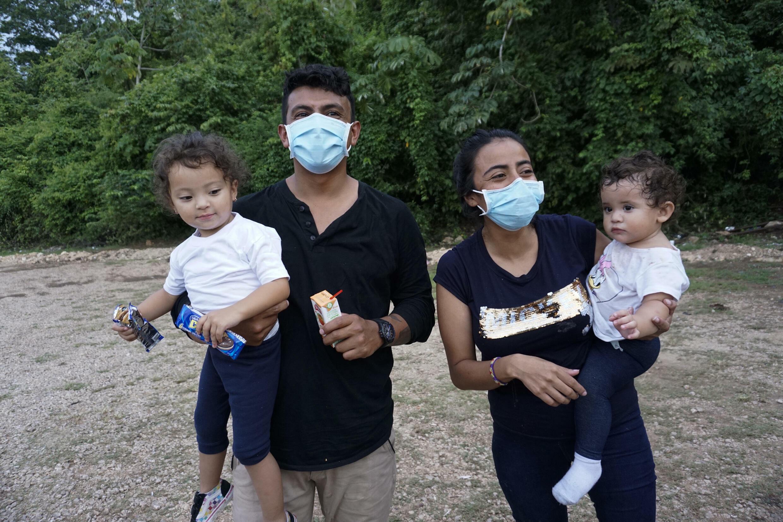 Los primos hondureños Onan Gutiérrez (izquierda) y Gloria Amador Gutiérrez, cada uno con sus hijas en brazos, intentaron llegar a Estados Unidos, pero fueron deportados por las autoridades mexicanas a Guatemala.