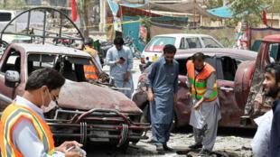 Un grupo de agentes de la Unidad de Desactivación de Explosivos durante las labores de inspección tras el ataque registrado en Quetta, Pakistán, el 25 de julio de 2018.