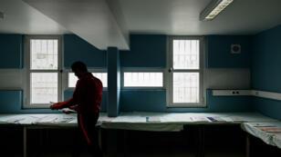 Un détenu choisit des bulletins de vote à la prison de Fleury-Mérogis, le 21 mai 2019.