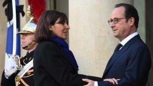 آن هيدالغو عمدة باريس مع الرئيس الفرنسي فرانسوا هولاند
