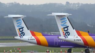 Avions de la compagnie Flybe restés à l'aéroport d'Exeter, au Royaume-Uni, le 5 mars 2020. La compagnie s'est déclarée en faillite en raison de la baisse du trafic aérien.