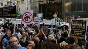 مناهضون للرئيس الأمريكي دونالد ترامب يتظاهرون أمام برج ترامب في نيويورك في 14 آب/أغسطس 2017