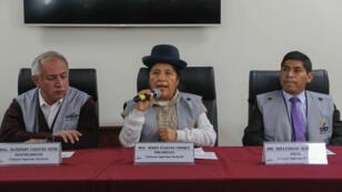 La presidenta del Tribunal Supremo Electoral de Bolivia, María Eugenia Choque, habla durante una rueda de prensa junto a su vicepresidente Antonio Costas y el vocal Idelfonso Mamani, en La Paz, Bolivia, el 27 de enero de 2019.