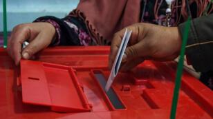 Un Tunisien dépose son bulletin de vote lors des élections municipales à Tunis, le 29 avril 2018.