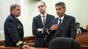 الطياران الفرنسيان برونو اودوس (يمين) وجان باسكال فوريه حكم عليهما بالسجن 20 عاما في الدومينيكان