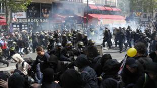 """محتجو حركة """"بلاك بلوك"""" وسط باريس، 1 مايو/أيار 2019."""