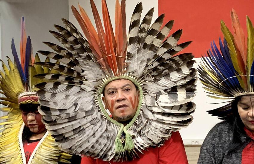Délégation des porte-paroles des groupes autochtones brésilien, à Paris, le 12 novembre 2019.  Au centre, Kreta Kaygang, originaire de Mangueirinha.