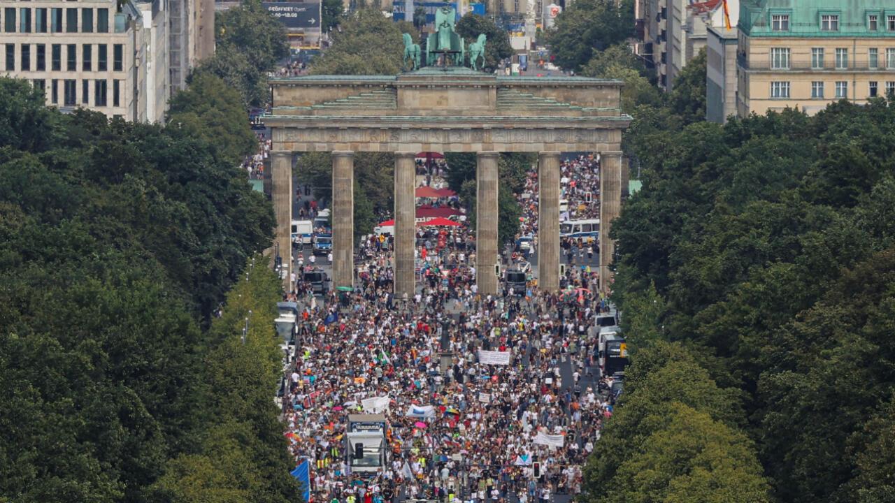 Vista general de una protesta en la Puerta de Brandenburgo realizada contra las restricciones del Gobierno en medio del brote de coronavirus en Berlín, Alemania, el 1 de agosto de 2020.