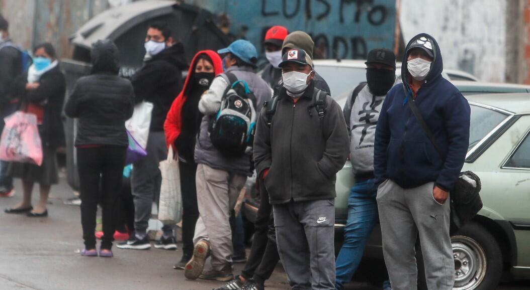Archivo-Un grupo de personas espera alimentos frente a un comedor comunitario, durante la crisis del coronavirus, en el barrio Padre Rodolfo Ricciardelli, anteriormente conocido como Villa 1-11-14, en la Ciudad de Buenos Aires, Argentina, el 5 de junio de 2020.