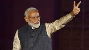 El primer ministro indio, Narendra Modi, saluda a sus seguidores el 23 de mayo de 2019 tras el anuncio de resultados de las elecciones generales del país.