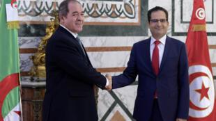 مصافحة بين وزيري خارجية تونس والجزائر في العاصمة التونسية في 13 تموز/يوليو 2020