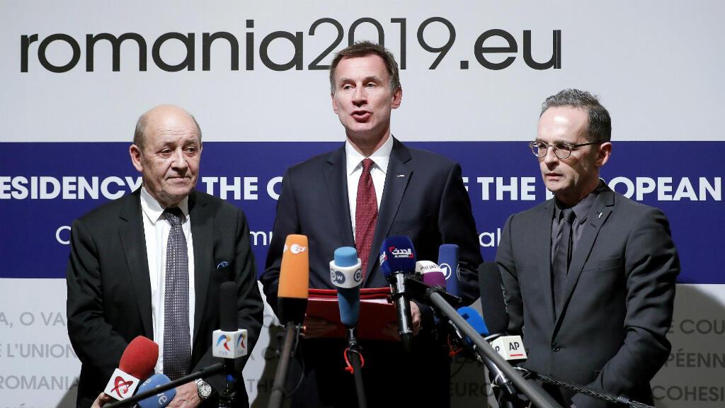 Los ministros de Exteriores de Francia, Jean-Yves Le Drian (izq), de Reino Unido, Jeremy Hunt (c), y de Alemania, Heiko Maas, ofrecen una rueda de prensa durante la reunión informal de ministros de Exteriores de la Unión Europea (UE), este jueves en Bucarest.