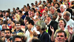 Devant une salle comble et enthousiaste, les parlementaires frondeurs du PS ont appelé à un retour à la politique promise par François Hollande en 2012.