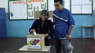 Ciudadana votando en Venezuela