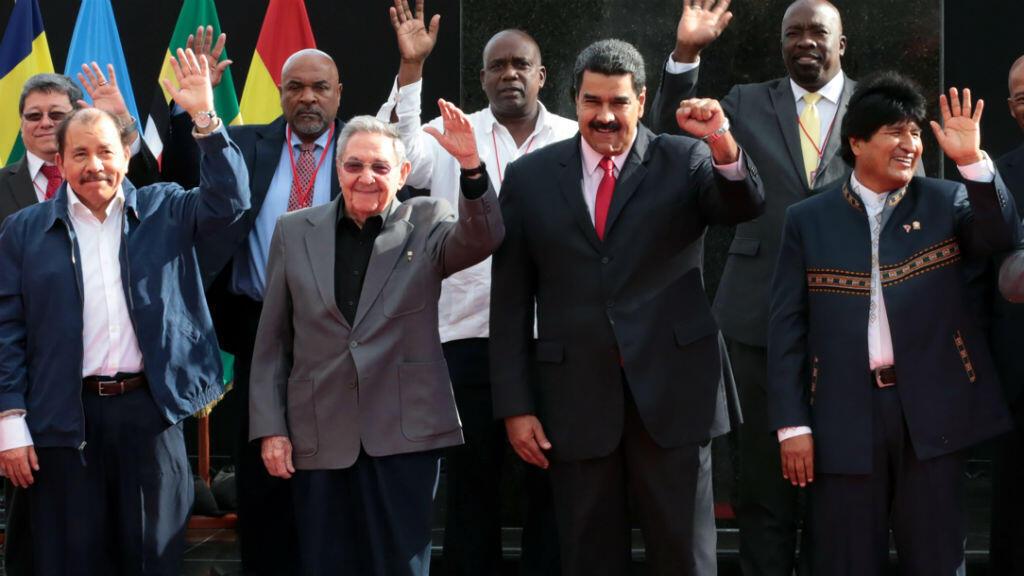De gauche à droite : le président du Nicaragua Daniel Ortega, le président de Cuba Raul Castro, le président du Venezuela Nicolas Maduro et le président de Bolivie Evo Morales. Ils sont réunis le 5 mars 2017 à Caracas à l'occasion d'un sommet de l'Alba.