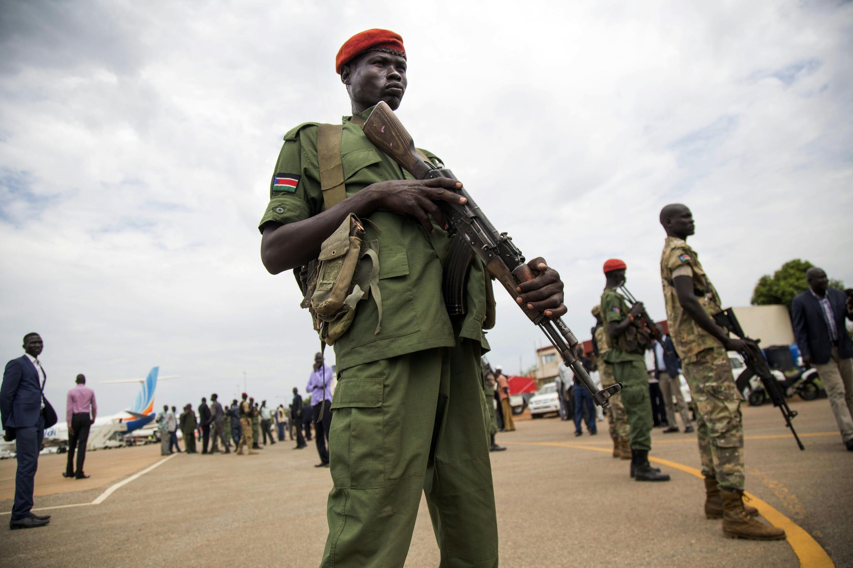 L'armée sud-soudanaise lors de l'accueil d'un chef rebelle à l'aéroport de Juba en 2016.