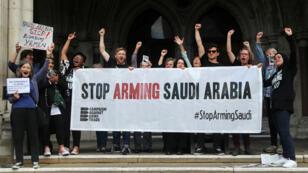 Activistas de la Campaña en Contra del Comercio de Armas celebran la decisión de una corte que condena la concesión de licencias a Arabia Saudita para la compra de armas el 20 de junio de 2019 en Londres, Reino Unido.