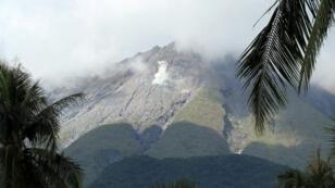 Le volcan Bulusan est entré deux fois en éruption cette semaine. Les autorités craignent que le typhon n'y provoque un glissement de terrain.