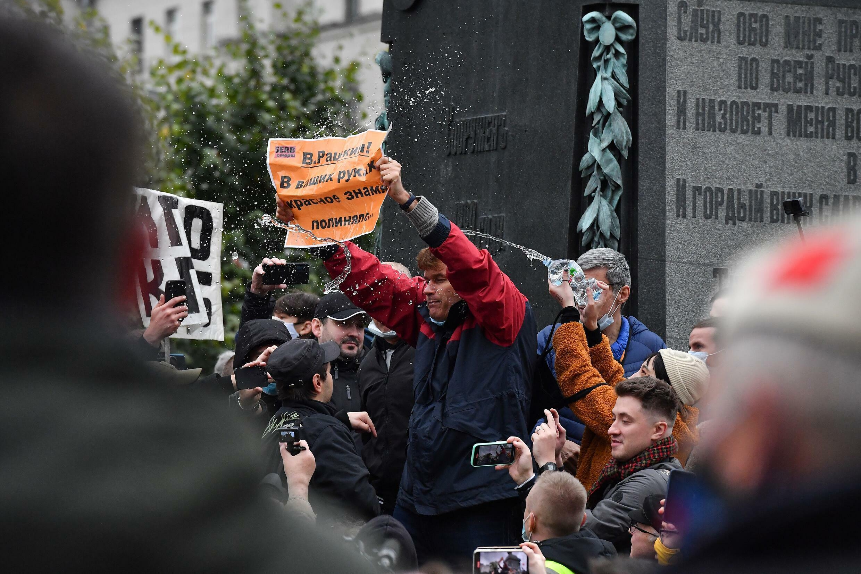 تظاهرة لنشطاء في الحزب الشيوعي في موسكو احتجاجا على نتائج الانتخابات في 25 أيلول/سبتمبر 2021