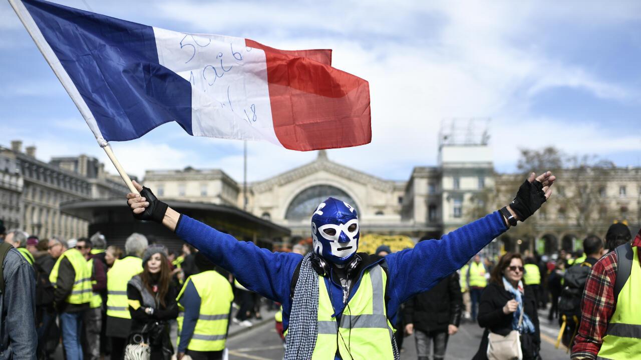 Un manifestant portant un masque de catch mexicain lors de la manifestation des Gilets jaunes le 30 mars 2019 à la Gare de l'Est, à Paris.