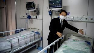 """الدكتور هانغتشو لو، المدير المشارك لمركز شنغهاي الطبي العام في شنغهاي، يعرض غرفة الحجر الصحي لمرضى فيروس كورونا في المبنى """"A2""""."""