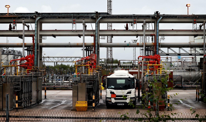 Unos camiones rellenan sus tanques de combustible en una refinería en el puerto británico de Ellesmere el 27 de septiembre de 2021
