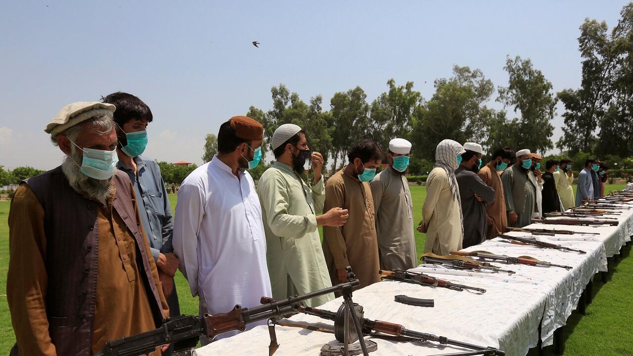 عناصر من طالبان يسلمون أسلحتهم وينضمون إلى برنامج المصالحة وإعادة الإدماج التابع للحكومة الأفغانية في جلال آباد، أفغانستان 25  يونيو/حزيران 2020.