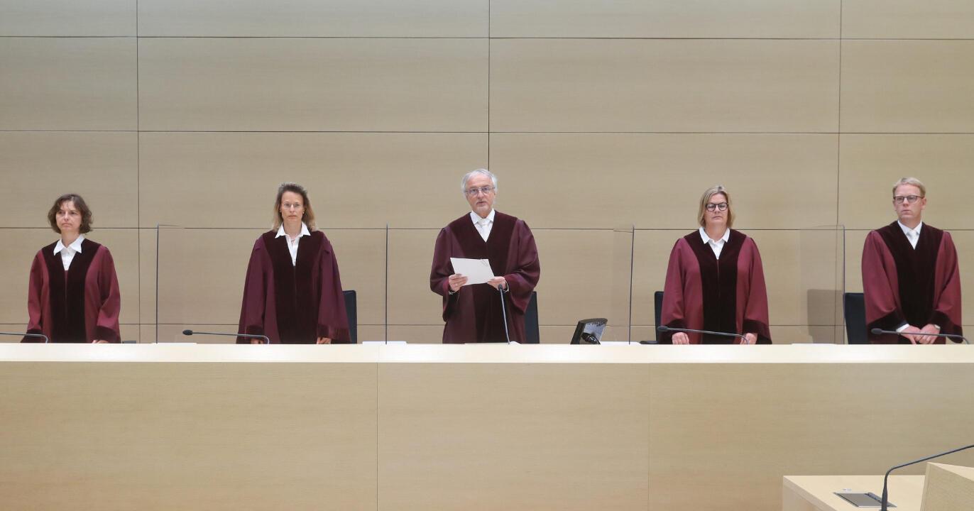 Los jueces Stefanie Roloff, Vera von Pentz, Stephan Seiters (Presidente), Christiane Oehler y Oliver Klein (LR) llegan para el fallo en un caso de Volkswagen Diesel, en la Corte Federal de Justicia en Karlsruhe, Alemania, el 25 de mayo de 2020.