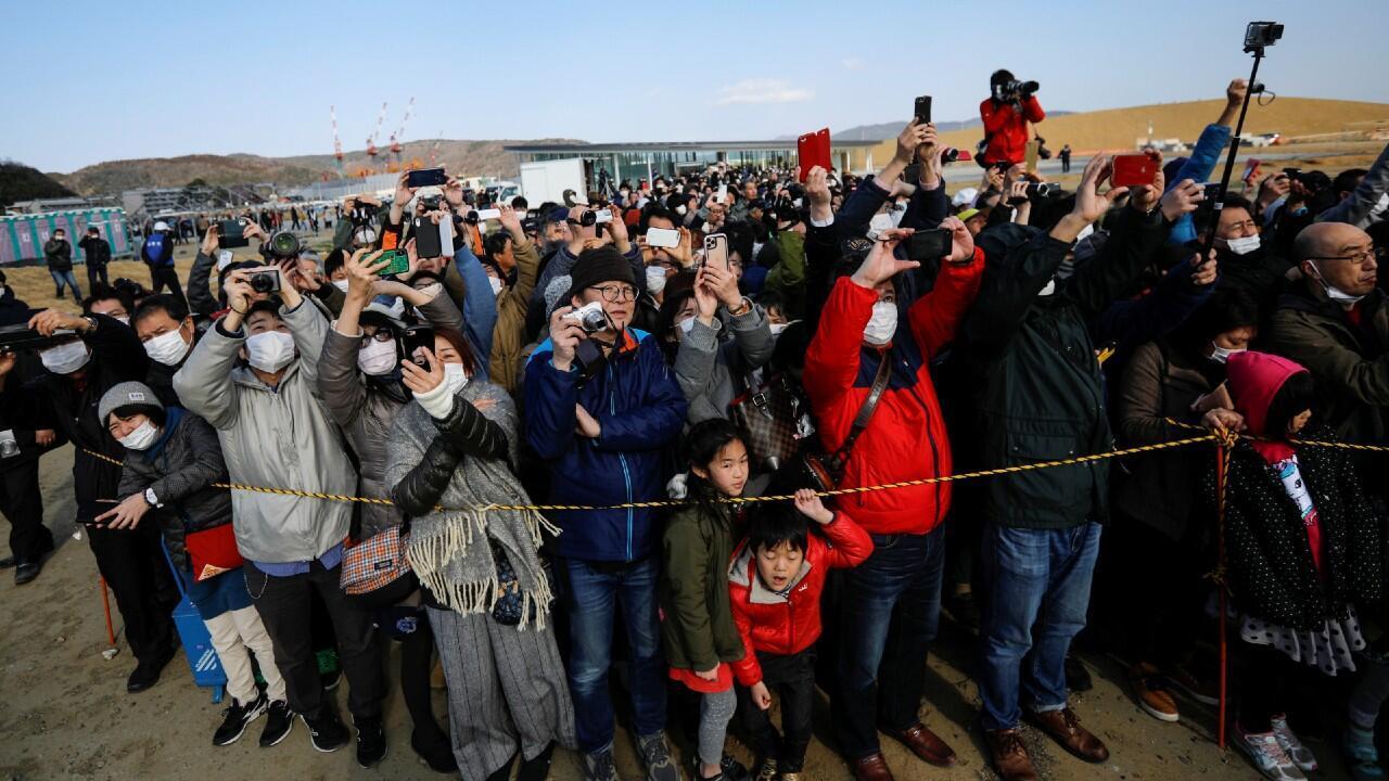 500 personas se reúnen en torno al aeródromo donde la antorcha olímpica llegó a Japón. En Ishinomaki, prefectura de Miyagi, Japón 20 de marzo de 2020