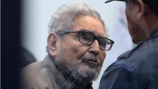 El fundador de Sendero Luminoso, Abimael Guzmán, asiste a su juicio durante la sentencia del caso del coche-bomba de 1992, en una prisión naval de alta seguridad en Callao, Perú , el 11 de septiembre de 2018.