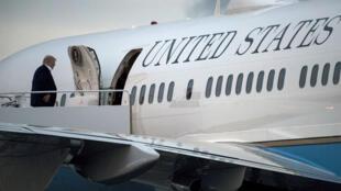 Donald Trump embarquant à bord de l'avion présidentiel Air Force One le 7 mai 2017.