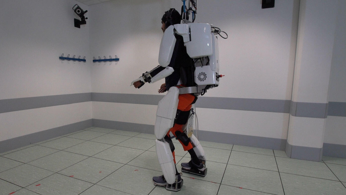 Un paciente con tetraplejia camina usando un exoesqueleto en Grenoble, Francia, en febrero de 2019.