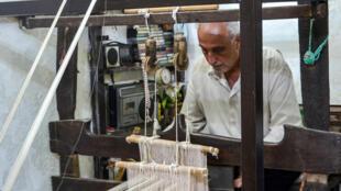 السوري محمد سعود في مشغله المتحف لصناعة الحرير في دير ماما في سوريا في 22 حزيران/يونيو 2020