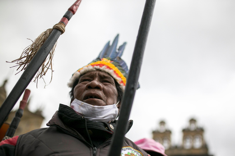 Un indígena se manifiesta en Bogotá durante el paro nacional contra las políticas del presidente Iván Duque.