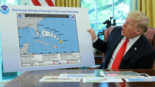 El presidente Donald Trump muestra la trayectoria proyectada originalmente del huracán Dorian en Washington, EE. UU., el 4 de septiembre de 2019.
