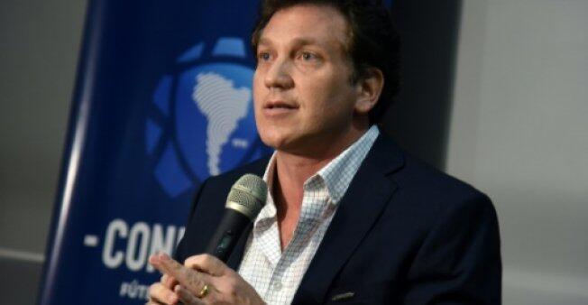 رئيس اتحاد كرة القدم الأمريكي الجنوبي (كونميبول) أليخاندرو دومينغيز خلال مؤتمر صحفي في 29 تشرين الثاني/نوفمبر 2018