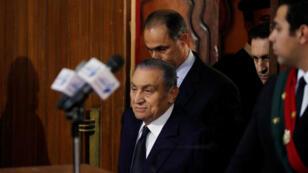 حسني مبارك لدى وصوله لقاعة المحكمة بمعهد أمناء الشرطة بالقاهرة بصحبة نجليه - 26 ديسمبر 2018