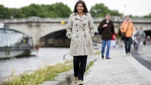 La maire de Paris, Anne Hidalgo, le long de la Seine.